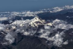 Berg Kazbek umgeben durch Wolken lizenzfreie stockfotos