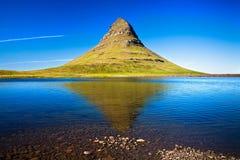 Berg Kirkjufell, västra Island Arkivbilder
