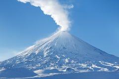 Berg Klyuchevskaya Sopka på den Kamchatka halvön - högst aktiv vulkan av Europa och Asien arkivbilder