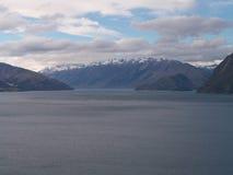 Berg-Koch Across Lake Lizenzfreie Stockfotografie