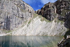 Berg lake i alpsna Arkivfoton