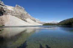 Berg lake i den Banff nationalparken Arkivbilder