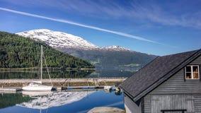 Berg lake med fartyg Arkivbilder