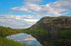 Berg lake nära den norr vägen. Murmansk region Arkivbild