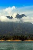 Berg laken med dimma landskap på den Khaosok nationalparken Arkivbild