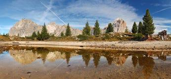Berg lakereflexion - Lago Limedes - Italien alps Arkivbild