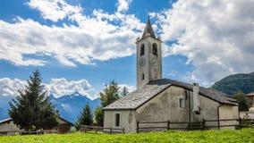 Berg landelijke scène De klokketoren van de kerk Val d'Aosta Italië stock footage