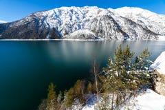 Berg landskap för sjösnö i fjällängarna, Österrike, Achensee, Tirol Arkivfoton