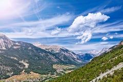 Berg landskap i de franska alpsna Arkivbild