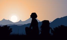 Berg landskap med flickan och ryggsäcken Arkivfoto