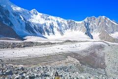 Berg landskap med glaciär- och stenscrees arkivfoto