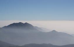 Berg landskap med moln arkivfoton