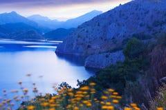 Berg landskap med sjön i skymning Royaltyfri Foto