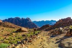 Berg landskap nära av det Moses berget, Sinai Egypten Royaltyfri Bild