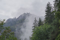 Berg landskap och fördunklar Royaltyfri Fotografi