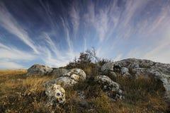 Berg landskap och molnig himmel Fotografering för Bildbyråer