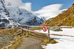 Berg landskap på den Kaiser Franz Josef glaciären i österrikiska fjällängar arkivfoto
