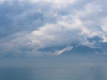 Berg landskap på molnig himmel i neutrala färger Royaltyfri Foto