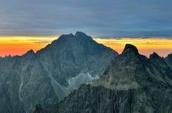 Berg landskap på solnedgången Royaltyfria Bilder