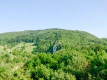 Berg landskap under klar daglig himmel med inga moln Arkivfoto