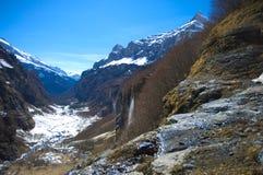 Berg lanscape met watervallen stock foto's