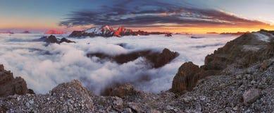 Berg Marmolada på solnedgången i Italien dolomites på sommar Arkivbild