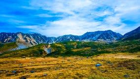 Berg med blå himmel i Japan den alpina rutten royaltyfria foton