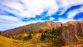 Berg med blå himmel i Japan fjällängar royaltyfri bild
