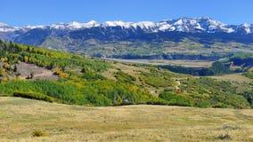 Berg med den färgrika grön och röd aspen för guling, under lövverksäsong Royaltyfria Bilder