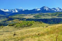 Berg med den färgrika grön och röd aspen för guling, under lövverksäsong Arkivbild