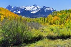 Berg med den färgrika grön och röd aspen för guling, under lövverksäsong arkivfoton