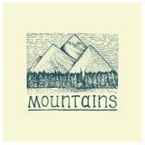 Berg med det inristade huset och skogen, hand dragen vektorillustration i träsnittscratchboardstil, tappningteckning Arkivbilder