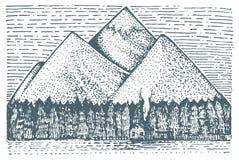 Berg med det inristade huset och skogen, hand dragen vektorillustration i träsnittscratchboardstil, tappningteckning Royaltyfria Bilder