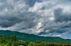 Berg med det mörka molnet fotografering för bildbyråer