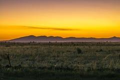 Berg med en solnedgånghimmel Arkivfoton