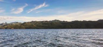 Berg med havet royaltyfri fotografi
