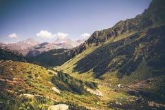 Berg med idylliskt landskap för grön dal och för blå himmel i Abchazien Royaltyfri Foto
