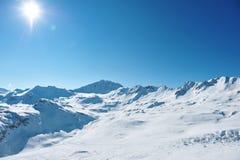 Berg med insnöad vinter Arkivfoton