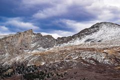 Berg med lite snö Arkivfoto