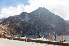 Berg med liten blå himmel för snö och för moln i vinter nära Tsomgo sjön i Gangtok, Sikkim, Indien Arkivfoto