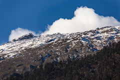 Berg med liten snö och moln på det bästa solljuset i morgonen på Lachen i norr Sikkim, Indien Royaltyfri Bild