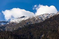 Berg med liten snö och moln på det bästa solljuset i morgonen på Lachen i norr Sikkim, Indien Arkivbilder