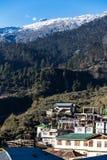 Berg med liten snö på överkanten med byn i morgonen med solljus på Lachen i norr Sikkim, Indien Royaltyfri Foto