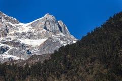 Berg med liten snö på det bästa solljuset i morgonen på Lachen i norr Sikkim, Indien Royaltyfria Foton
