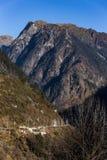 Berg med liten snö på det bästa solljuset i morgonen på Lachen i norr Sikkim, Indien Royaltyfri Bild