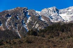 Berg med liten snö på det bästa solljuset i morgonen på Lachen i norr Sikkim, Indien Fotografering för Bildbyråer