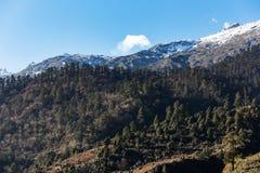 Berg med liten snö på det bästa solljuset i morgonen på Lachen i norr Sikkim, Indien Royaltyfria Bilder