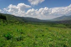 Berg med moln i v?ren Natur ?Tekeli ?, Alatau berg kazakhstan arkivbilder