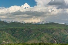 Berg med moln i v?ren Natur ?Tekeli ?, Alatau berg kazakhstan royaltyfri foto
