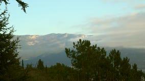 Berg med moln på gryning arkivfilmer